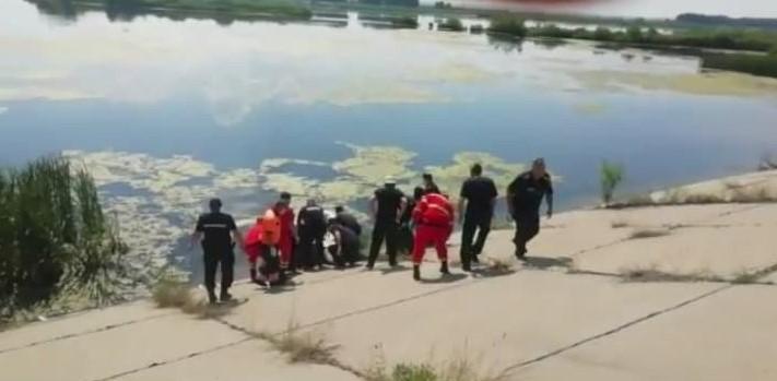 VIDEO. La un pas de tragedie.Copil de 10 ani intrat în râul Olt pentru a se scălda, salvat în ultimul moment