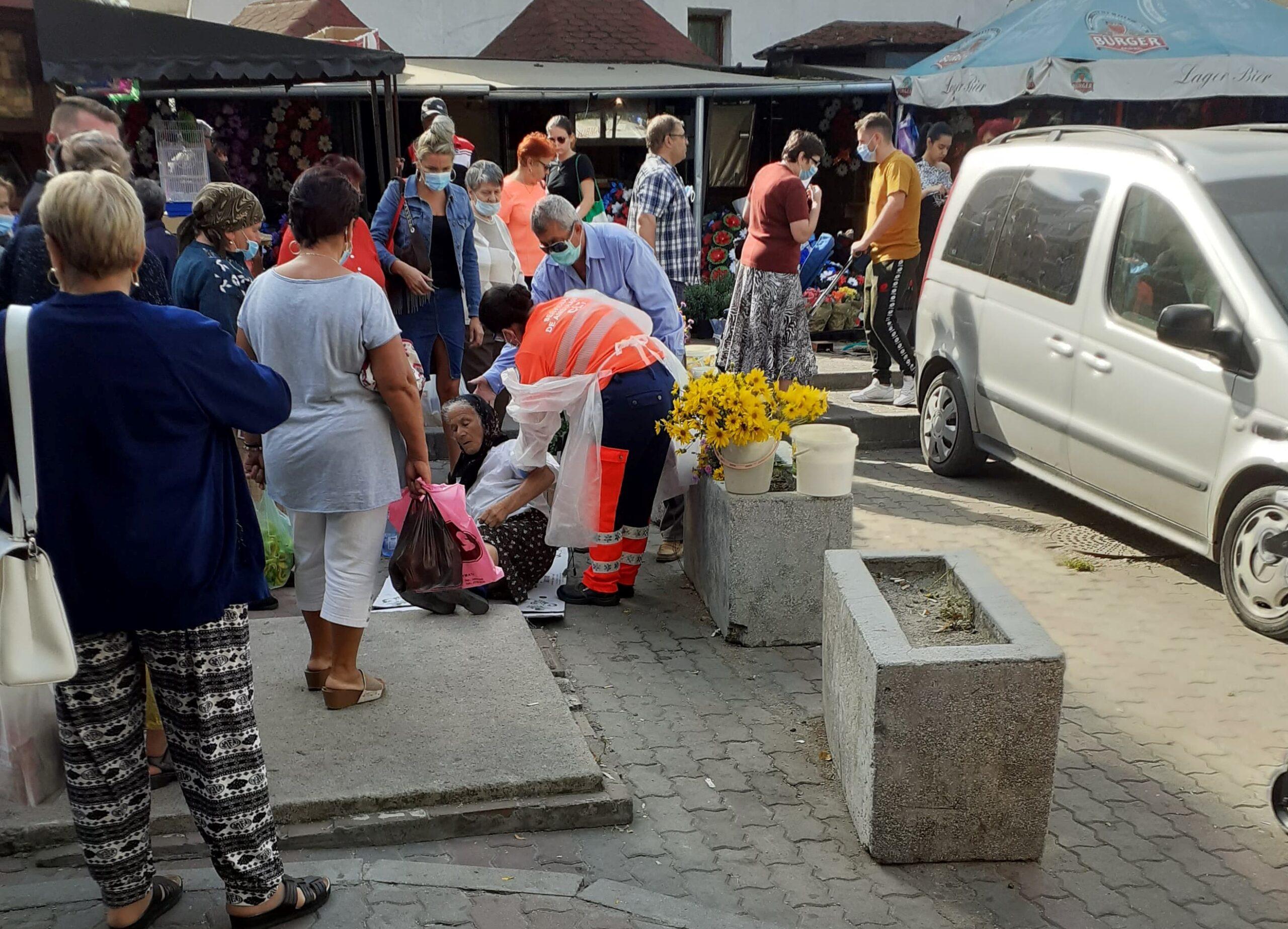 FOTO. O bătrână care vindea verdeţuri în Piaţa Zahana a leşinat. Femeia a fost preluată de Ambulanţă