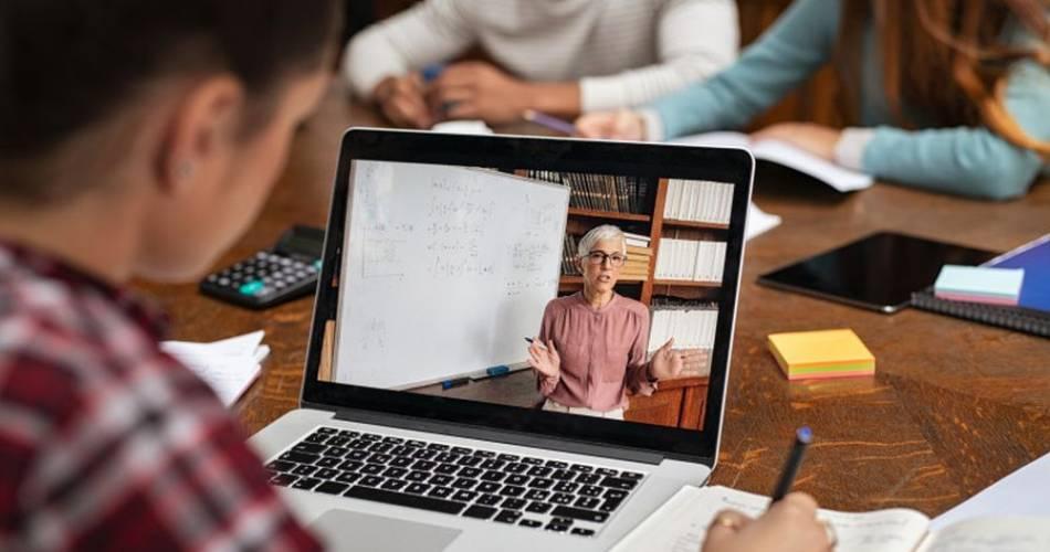 Primii profesori sancționați pentru că nu au predat online
