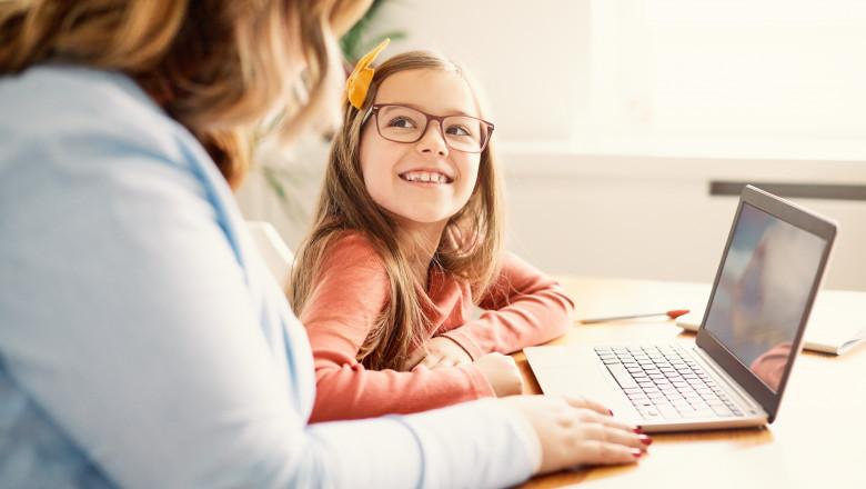 """Profesorii cer bani în plus pentru orele online, din cauza riscului de """"radiații"""""""