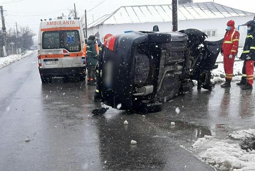Accident la Bobiceşti: A vrut să evite impactul şi s-a răsturnat. O persoană transportată la spital