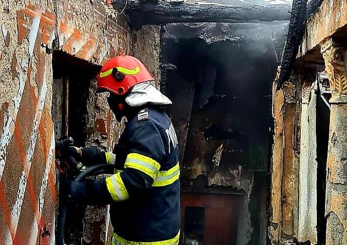 VIDEO. Incendiu la Cârlogani. Focul a izbucnit de la un scurtcircuit electric