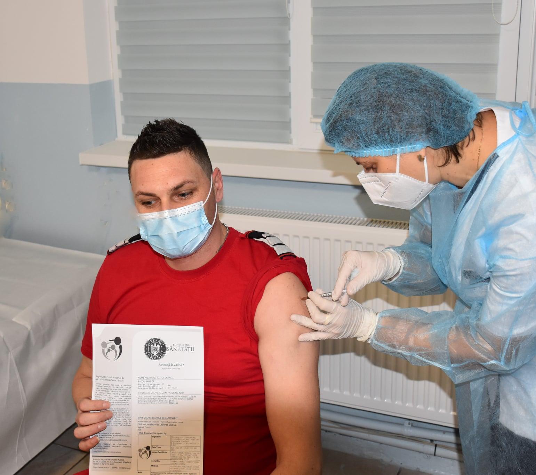 Olt: 2.070 de persoane aflate în prima linie de luptă cu noul coronavirus au fost vaccinate