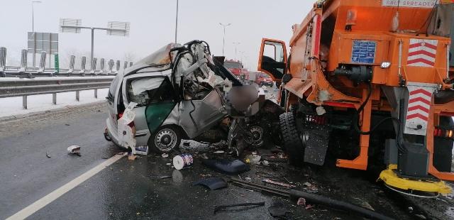 FOTO. Trei persoane şi-au pierdut viaţa, după ce autoturismul în care se aflau a intrat într-un utilaj de deszăpezire