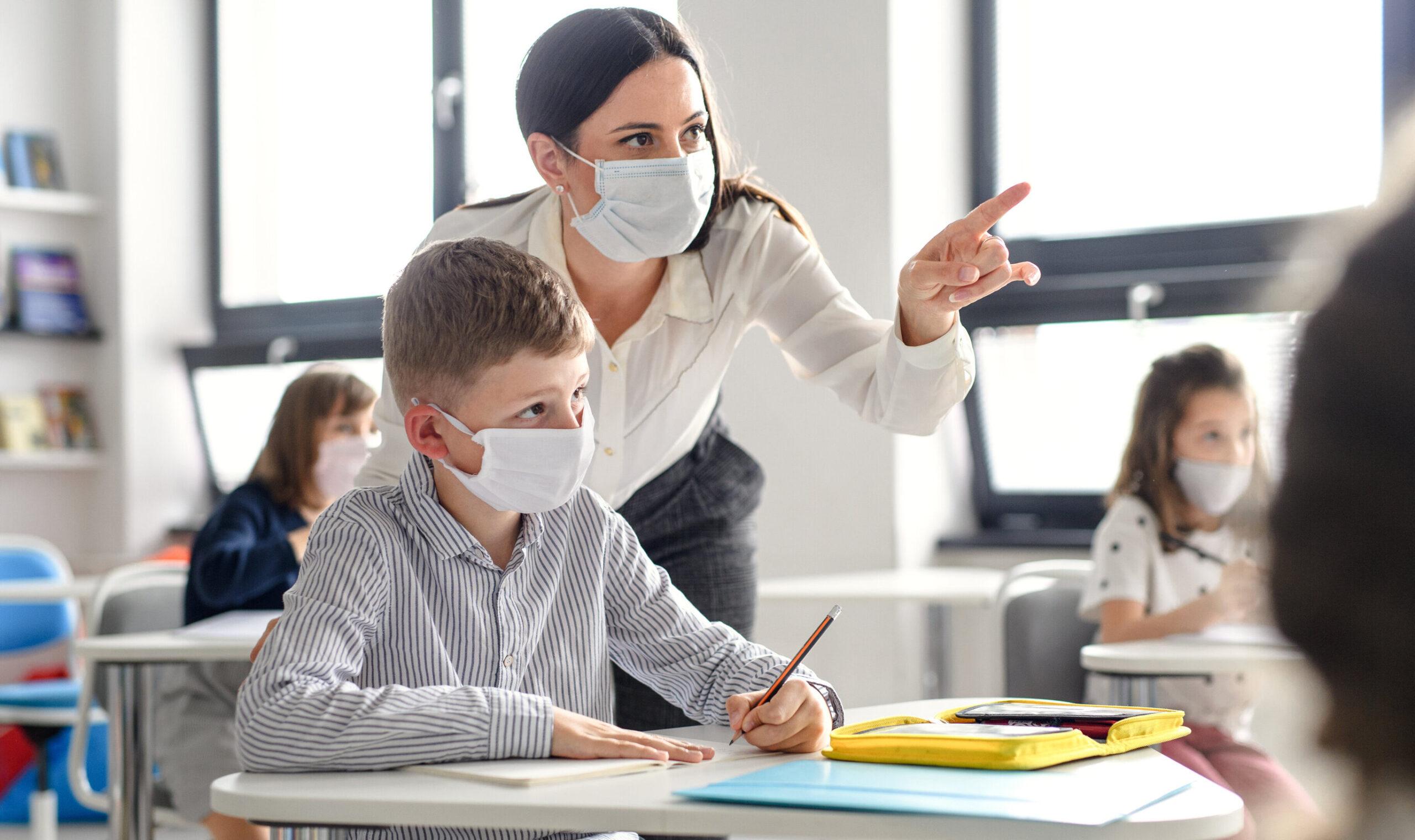 Profesorii vor fi programaţi pentru vaccinare de o persoană desemnată în fiecare unitate de învăţământ. Categoriile care au prioritate la vaccin