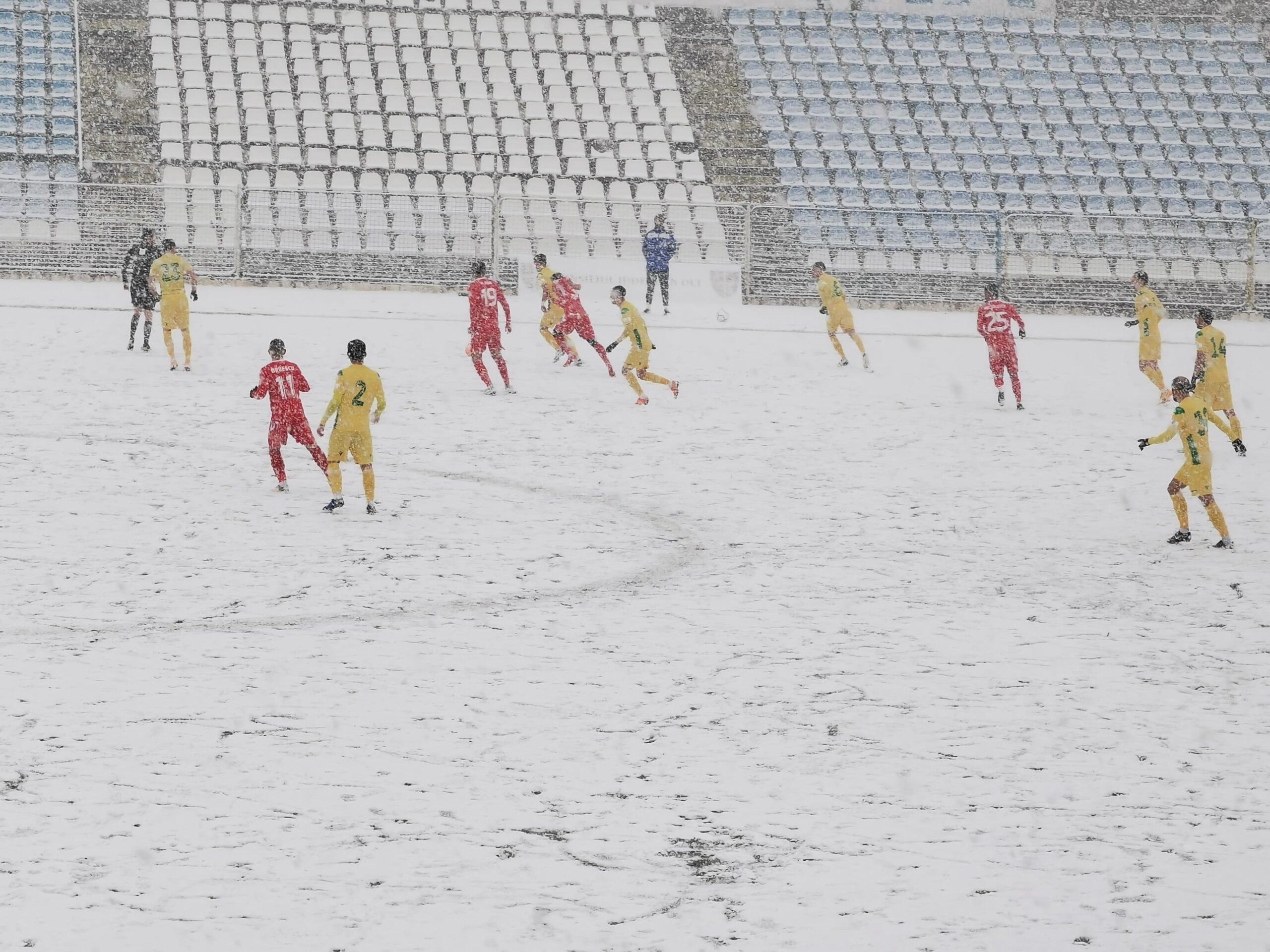 FOTO. CSM Slatina – CS Mioveni, întrerupt din cauza ninsorii. Partida va fi reluată duminică, din minutul 15